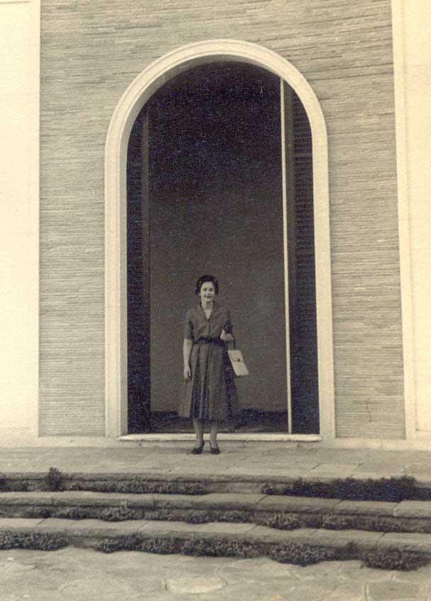 Ema Klabin na fachada de sua residência