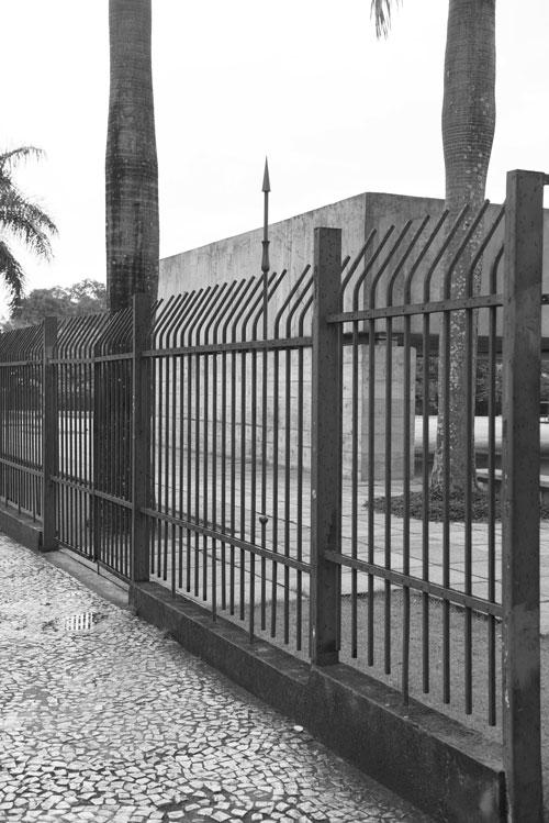 Figura 24. Na Avenida Europa, vista lateral da fachada do Museu Brasileiro da Escultura e Ecologia (MuBE). Foto: Marcelo Arruda.