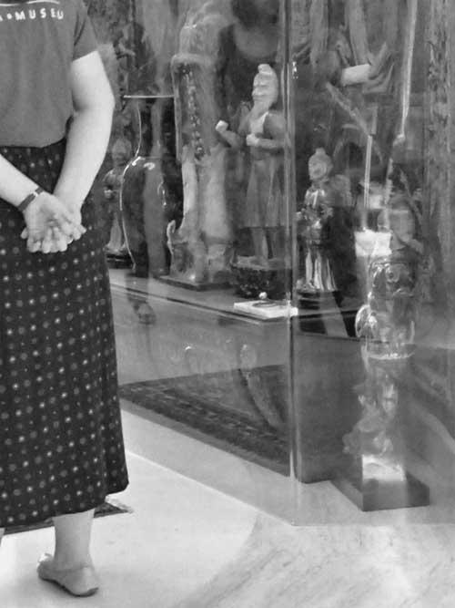 Figura 10. Abuso de Poder atrás da vitrine de acrílico no hall de entrada da casa-museu. Foto: Arquivo Fundação Ema Klabin