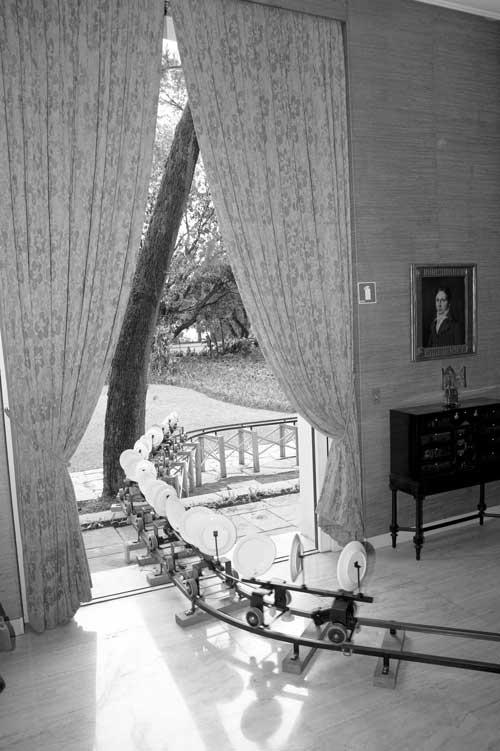 Figura 12. Porta de entrada da obra na galeria da casa-museu. Foto: Marcos Gorgatti