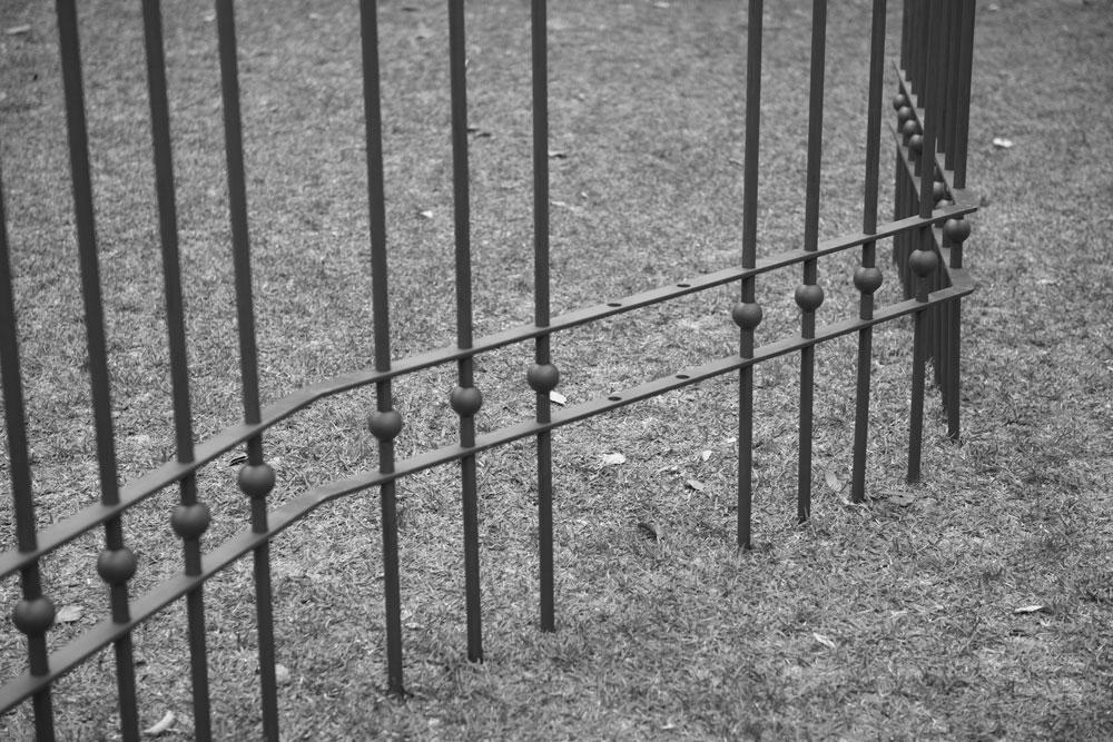 Figura 19. Detalhe das lanças fincadas na grama. Foto: Marcelo Arruda