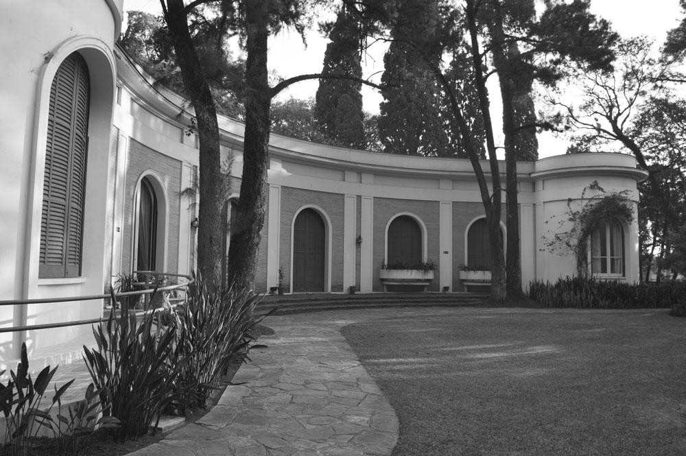 Figura 1. Gramado do jardim em frente à fachada interna da casa-museu, visto a partir da área de eventos. Foto: Henrique Luz