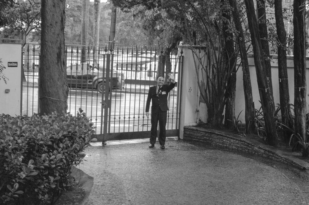 Figura 27. Antiga entrada de carros e atual entrada dos visitantes na casa-museu, voltada para a Avenida Europa e vista a partir da antiga entrada original. Foto da autora