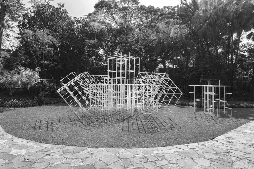 """Figura 4. Conjunto de peças em """"Trepa-Trepa"""", visto a partir da fachada interna da casa-museu. Foto: Vicente de Mello"""