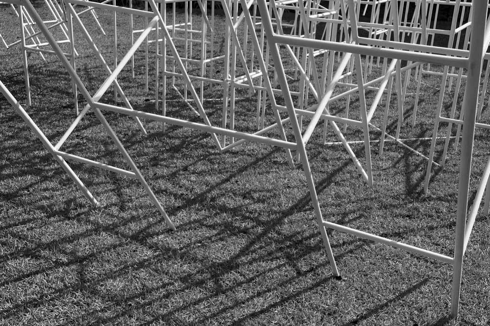 Figura 5. Detalhes das bases do trepa-trepa obliquamente fincadas na grama. Foto: Vicente de Mello.