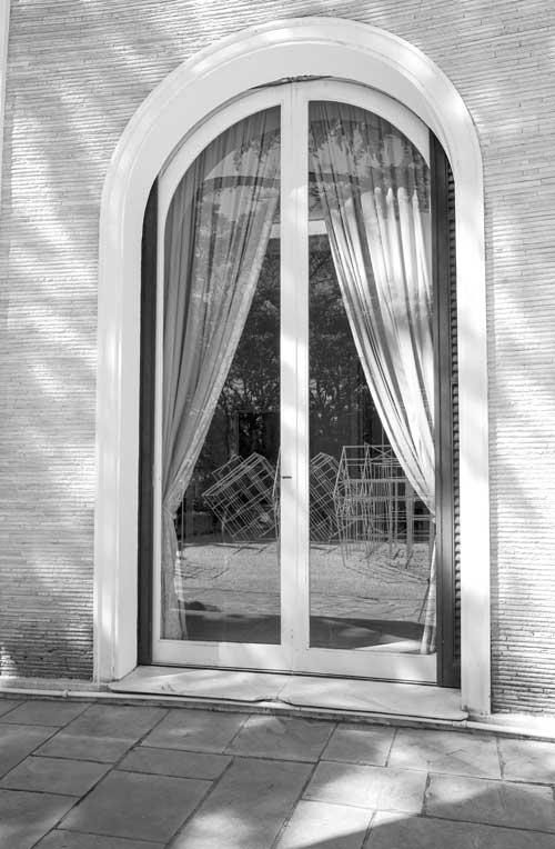 Figura 6. Reflexo da obra na porta que dá acesso aos espaços expositivos internos do museu. Foto: Vicente de Mello