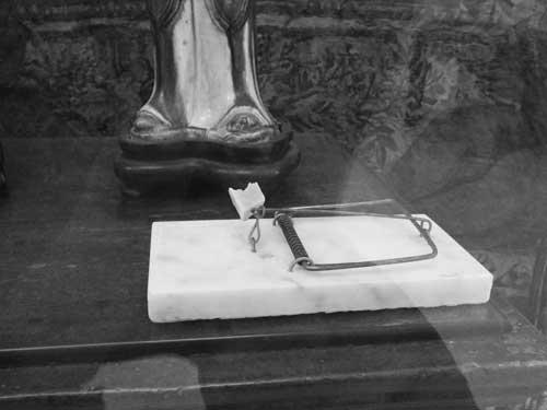 Figura 9. Detalhe da obra Abuso de Poder: arame de ferro sobre base de mármore, queijo, 1,5 x 8 x 13 cm. Informações retiradas de https://galeriavermelho.com.br/artista/40/marcelo-cidade Acesso em: 18 de Março de 2019. Foto: Arquivo Fundação Ema Klabin